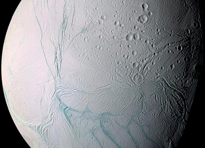 Indicios de hielo fresco en el hemisferio norte de Encelado